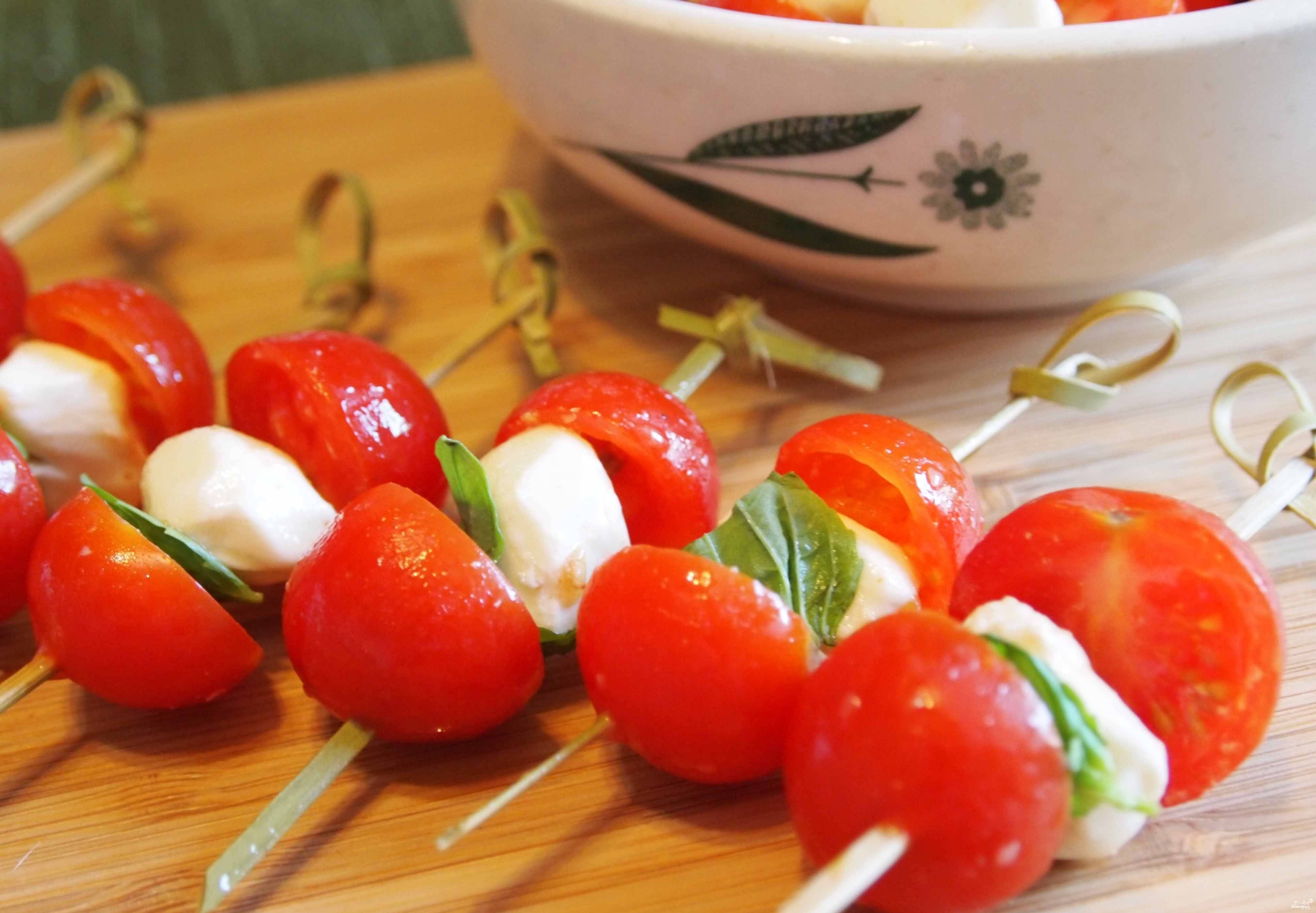 Канапе с сыром и помидором